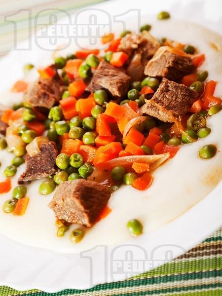 Варено / задушено телешко месо с грах, моркови и домати върху канапе от картофено пюре - снимка на рецептата